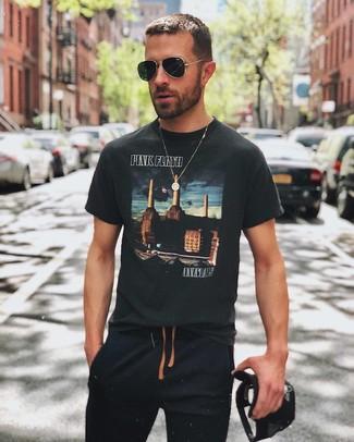 Comment porter: t-shirt à col rond imprimé noir, pantalon de jogging noir, casquette de base-ball noire, lunettes de soleil noires