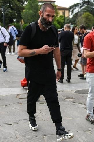 Tendances mode hommes: Pense à harmoniser un t-shirt à col rond noir avec un pantalon de jogging noir pour une tenue idéale le week-end. Une paire de des chaussures de sport noires est une option avisé pour complèter cette tenue.