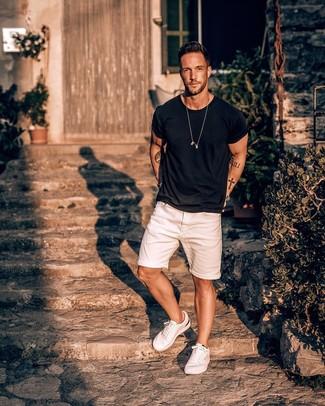 Comment porter: t-shirt à col rond noir, short en denim blanc, baskets basses blanches, montre argentée