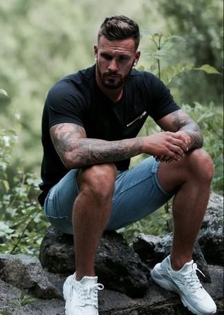 Comment porter: t-shirt à col rond noir, short en denim bleu clair, chaussures de sport blanches