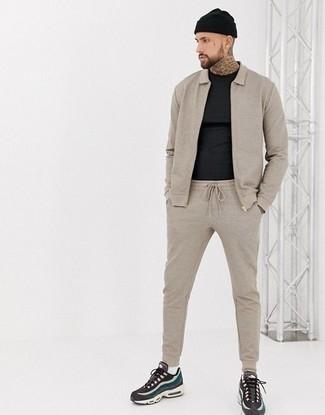 Comment porter un survêtement: Pense à marier un survêtement avec un t-shirt à col rond noir pour un look confortable et décontracté. Une paire de des chaussures de sport multicolores est une option avisé pour complèter cette tenue.