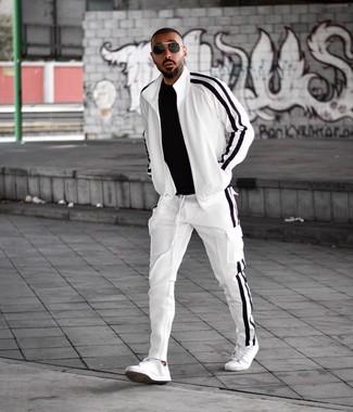 Comment porter: t-shirt à col rond noir, survêtement blanc et noir, baskets basses en cuir blanches, lunettes de soleil noires