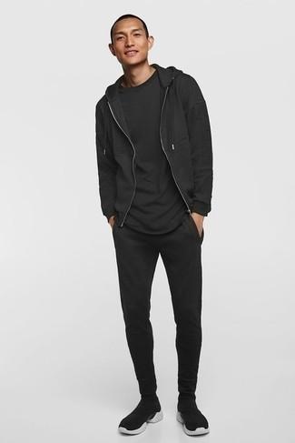 Comment porter un survêtement noir: Pour une tenue aussi confortable que ton canapé, pense à associer un survêtement noir avec un t-shirt à col rond noir. Une paire de chaussures de sport noires et blanches est une option génial pour complèter cette tenue.