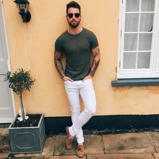 Comment porter: t-shirt à col rond olive, jean skinny blanc, mocassins à pampilles en daim marron, lunettes de soleil noires