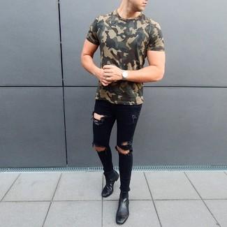 Comment porter un t-shirt à col rond camouflage olive: Pour une tenue aussi confortable que ton canapé, marie un t-shirt à col rond camouflage olive avec un jean skinny déchiré noir. Une paire de des bottines chelsea en cuir noires est une façon simple d'améliorer ton look.