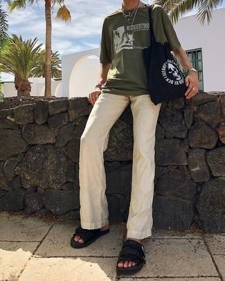 Comment porter un pantalon chino en lin beige: Essaie d'harmoniser un t-shirt à col rond imprimé olive avec un pantalon chino en lin beige pour un déjeuner le dimanche entre amis. Si tu veux éviter un look trop formel, assortis cette tenue avec une paire de des sandales en toile noires.