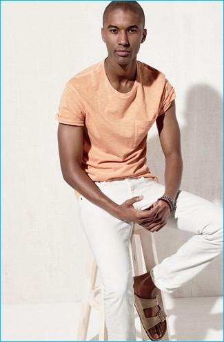 Comment porter: t-shirt à col rond orange, jean blanc, sandales en daim beiges, bracelet bleu marine