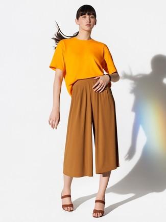 Comment porter: t-shirt à col rond orange, jupe-culotte tabac, sandales à talons en daim tabac