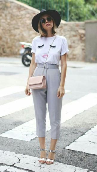 Comment porter: t-shirt à col rond brodé blanc, pantacourt gris, sandales à talons en cuir argentées, sac bandoulière en cuir rose