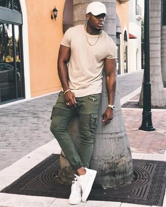 Comment porter: t-shirt à col rond beige, pantalon cargo olive, baskets basses en cuir blanches, casquette de base-ball blanche