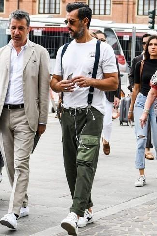 Tendances mode hommes: Opte pour un t-shirt à col rond imprimé blanc avec un pantalon cargo vert foncé pour une tenue relax mais stylée. Une paire de des baskets basses en cuir blanches et noires rendra élégant même le plus décontracté des looks.