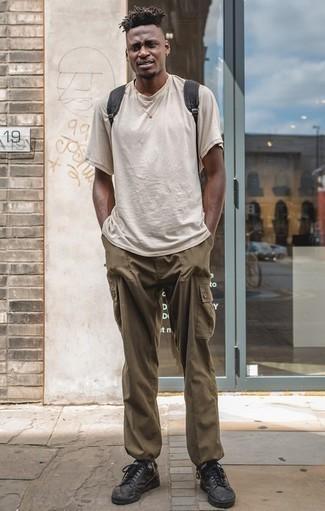 Comment porter un t-shirt à col rond beige: Porte un t-shirt à col rond beige et un pantalon cargo olive pour une tenue idéale le week-end. Cet ensemble est parfait avec une paire de des baskets basses en cuir noires.
