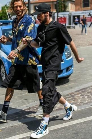 Tendances mode hommes: Associe un t-shirt à col rond noir avec un pantalon cargo noir pour un look confortable et décontracté. Cette tenue se complète parfaitement avec une paire de des baskets montantes en toile blanc et bleu.