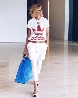 Comment porter: t-shirt à col rond imprimé blanc et rouge, pantalon cargo blanc, escarpins en cuir blancs et noirs, ceinture en cuir marron