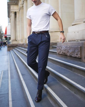 Comment porter: t-shirt à col rond blanc, pantalon cargo en laine bleu marine, slippers en cuir noirs, ceinture en cuir marron foncé