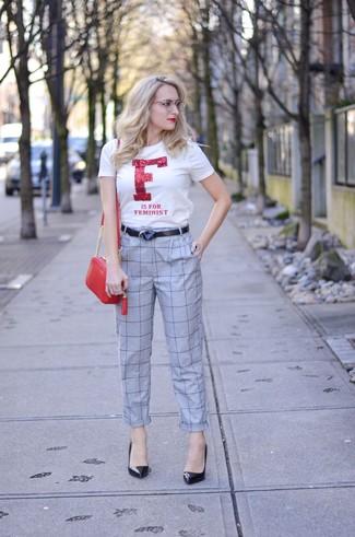 Comment porter: t-shirt à col rond imprimé blanc et rouge, pantalon carotte à carreaux gris, escarpins en cuir noirs, sac bandoulière en cuir rouge
