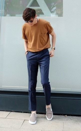Comment porter des lunettes de soleil marron à l'adolescence: Pense à porter un t-shirt à col rond marron clair et des lunettes de soleil marron pour une tenue relax mais stylée. D'une humeur créatrice? Assortis ta tenue avec une paire de des baskets à enfiler en toile grises.