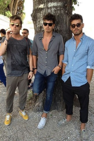 Comment porter: t-shirt à col rond imprimé gris foncé, pantalon chino olive, baskets basses moutarde, lunettes de soleil olive