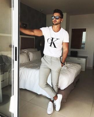 Comment porter: t-shirt à col rond imprimé blanc et noir, pantalon chino beige, baskets basses en cuir blanches, lunettes de soleil noires