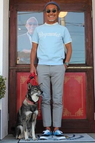 Comment porter: t-shirt à col rond imprimé bleu clair, pantalon chino gris, baskets basses turquoise, bonnet bleu marine