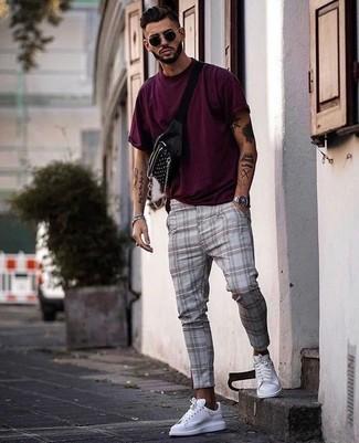 Comment porter: t-shirt à col rond pourpre, pantalon chino écossais gris, baskets basses en cuir blanches, sac banane noir