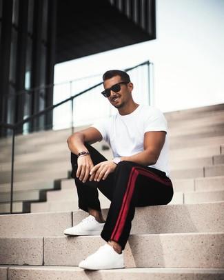 Comment porter: t-shirt à col rond blanc, pantalon chino noir, baskets basses en cuir blanches, lunettes de soleil noires
