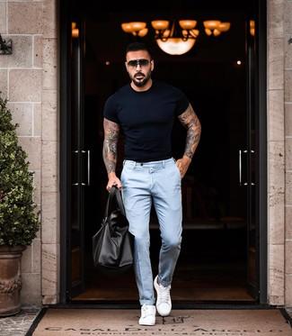 Comment porter: t-shirt à col rond noir, pantalon chino bleu clair, baskets basses en cuir blanches, fourre-tout en cuir noir