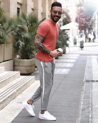 Comment porter: t-shirt à col rond rouge, pantalon chino gris, baskets basses en cuir blanches, lunettes de soleil grises