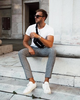 Comment porter un bracelet argenté: Pour une tenue aussi confortable que ton canapé, essaie d'associer un t-shirt à col rond blanc avec un bracelet argenté. Apportez une touche d'élégance à votre tenue avec une paire de des baskets basses en cuir blanches.