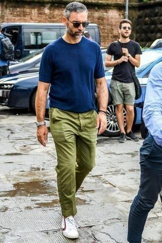 Tendances mode hommes: Associe un t-shirt à col rond bleu marine avec un pantalon chino olive pour un look de tous les jours facile à porter. Cette tenue est parfait avec une paire de des baskets basses blanc et rouge.
