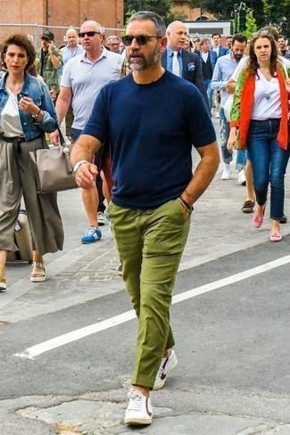 Tendances mode hommes: Associe un t-shirt à col rond bleu marine avec un pantalon chino olive pour un look de tous les jours facile à porter. Complète ce look avec une paire de des baskets basses en cuir blanc et rouge.