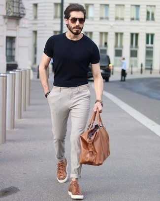 Comment porter des lunettes de soleil: Porte un t-shirt à col rond noir et des lunettes de soleil pour un look idéal le week-end. Une paire de des baskets basses en cuir tabac rendra élégant même le plus décontracté des looks.