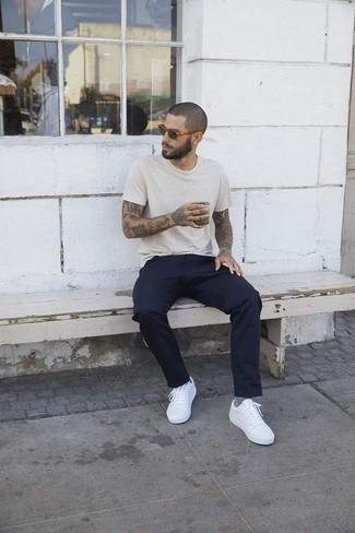 Comment porter des lunettes de soleil: Essaie d'associer un t-shirt à col rond beige avec des lunettes de soleil pour une tenue relax mais stylée. Jouez la carte classique pour les chaussures et termine ce look avec une paire de des baskets basses blanches.