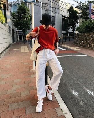 Comment porter un t-shirt à col rond rouge: Pense à associer un t-shirt à col rond rouge avec un pantalon chino en lin blanc pour une tenue confortable aussi composée avec goût. Complète ce look avec une paire de des baskets basses en cuir blanc et rouge.