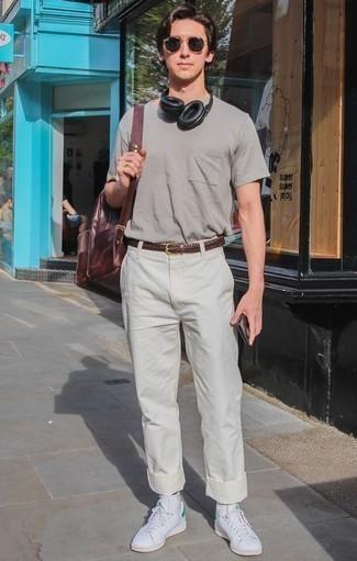 Tendances mode hommes: Harmonise un t-shirt à col rond gris avec un pantalon chino beige pour affronter sans effort les défis que la journée te réserve. Une paire de des baskets basses en cuir blanches est une option parfait pour complèter cette tenue.