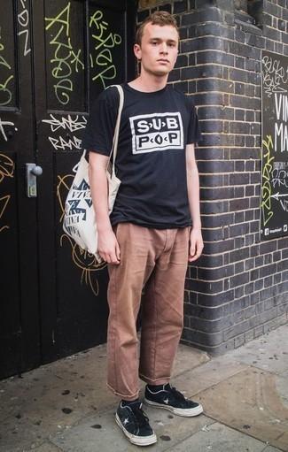 Comment porter un pantalon chino marron: Pour une tenue de tous les jours pleine de caractère et de personnalité marie un t-shirt à col rond imprimé noir et blanc avec un pantalon chino marron. Assortis ce look avec une paire de des baskets basses en toile noires et blanches.