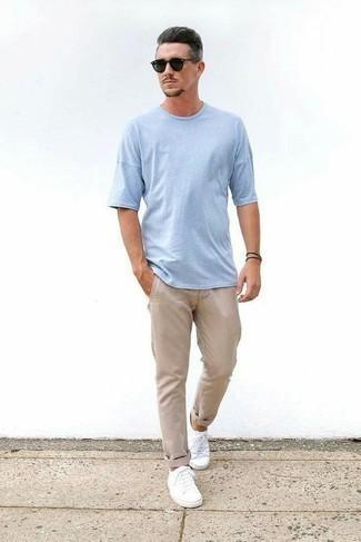 Comment porter un pantalon chino marron clair: Pense à harmoniser un t-shirt à col rond bleu clair avec un pantalon chino marron clair pour obtenir un look relax mais stylé. Cette tenue se complète parfaitement avec une paire de des baskets basses en toile blanches.