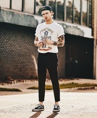 Comment s'habiller quand il fait très chaud: Essaie d'harmoniser un t-shirt à col rond imprimé blanc avec un pantalon chino marron foncé pour affronter sans effort les défis que la journée te réserve. Une paire de des baskets basses en toile noires et blanches est une option parfait pour complèter cette tenue.