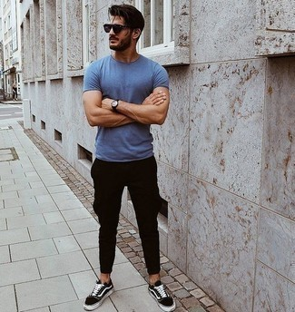 Comment porter des lunettes de soleil violettes: Essaie d'harmoniser un t-shirt à col rond bleu avec des lunettes de soleil violettes pour une tenue relax mais stylée. Une paire de des baskets basses en toile noires et blanches rendra élégant même le plus décontracté des looks.