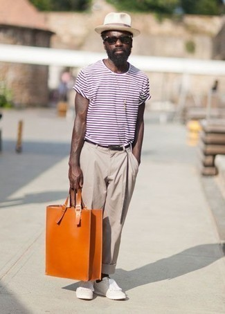 Comment porter un chapeau de paille beige: Pense à associer un t-shirt à col rond à rayures horizontales blanc et rouge avec un chapeau de paille beige pour une tenue idéale le week-end. Apportez une touche d'élégance à votre tenue avec une paire de des baskets basses en cuir blanches.