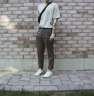 Comment s'habiller quand il fait très chaud: Choisis un t-shirt à col rond beige et un pantalon chino gris foncé pour une tenue confortable aussi composée avec goût. Une paire de des baskets basses en toile blanches est une option avisé pour complèter cette tenue.