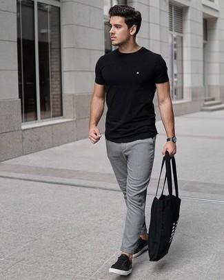 Tenue: T-shirt à col rond noir, Pantalon chino gris, Baskets basses en cuir noires, Sac fourre-tout en toile imprimé noir et blanc
