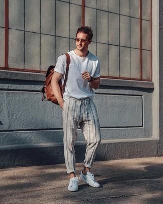 Comment porter un sac à dos en cuir marron: Pense à associer un t-shirt à col rond blanc avec un sac à dos en cuir marron pour un look confortable et décontracté. Choisis une paire de des baskets basses en toile blanches pour afficher ton expertise vestimentaire.