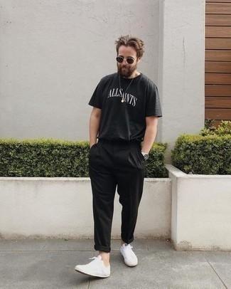 Comment s'habiller quand il fait très chaud: Pour une tenue de tous les jours pleine de caractère et de personnalité pense à marier un t-shirt à col rond imprimé noir et blanc avec un pantalon chino noir. Complète ce look avec une paire de baskets basses en toile blanches.