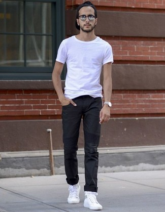 Comment porter: t-shirt à col rond blanc, pantalon chino noir, baskets montantes en toile blanches, casquette de base-ball noire