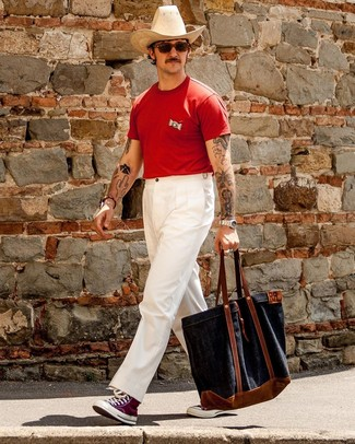 Comment porter: t-shirt à col rond rouge, pantalon chino blanc, baskets montantes en toile pourpres, sac fourre-tout en toile bleu marine