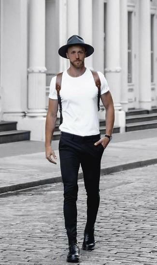 Comment porter: t-shirt à col rond blanc, pantalon chino noir, bottes de loisirs en cuir noires, sac à dos en cuir marron