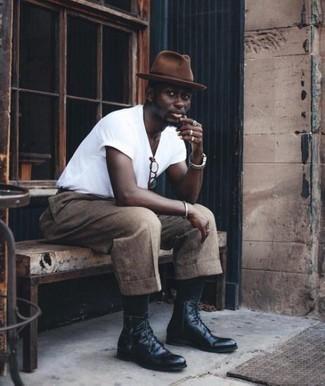 Comment porter un chapeau en laine marron: Pour une tenue aussi confortable que ton canapé, opte pour un t-shirt à col rond blanc avec un chapeau en laine marron. Termine ce look avec une paire de des bottes de loisirs en cuir noires pour afficher ton expertise vestimentaire.