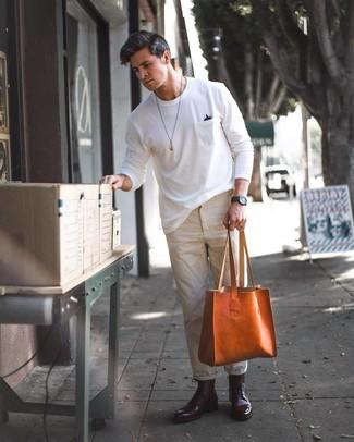 Comment porter: t-shirt à col rond blanc, pantalon chino beige, bottes habillées en cuir bordeaux, sac fourre-tout en cuir tabac