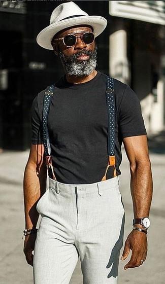 Comment porter: t-shirt à col rond noir, pantalon chino gris, chapeau blanc, lunettes de soleil noires